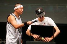 レイザーラモンRG(左)と佐藤隆太(右)。