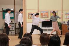 ジェラードンのネタを真似してみるゲストの桐谷美玲。(c)日本テレビ