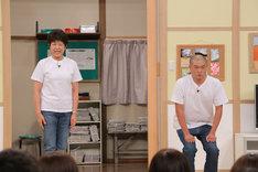 母親(左)とショートコントを披露するあばれる君。(c)日本テレビ