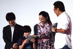 三谷翔太が出演者たちに手紙を読む場面。