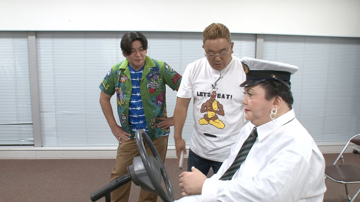 マツコロイドとコントに挑戦するサンドウィッチマン。左から富澤、伊達。(c)日本テレビ