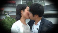 キスするイモトアヤコとNON STYLE井上。(c)日本テレビ