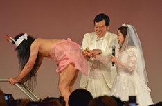 """""""しんじケーキ""""のベールにハサミを入れる鬼奴と佐藤(右から)。"""