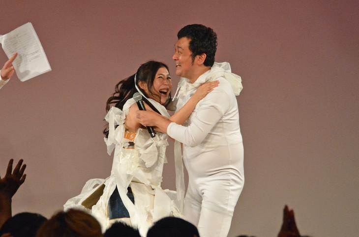 くまだまさしから5万円の祝儀を勝ち取って喜ぶ椿鬼奴とグランジ佐藤(左から)。