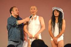 突然、結婚を発表したアホマイルド・クニ(中央)と、妻役のしんじ(右)、進行役のアホマイルド坂本(左)。
