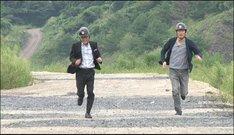 「それ押させてください!」で爆破から逃げる博多華丸・大吉の大吉(右)、いとうせいこう(左)。(c)テレビ朝日