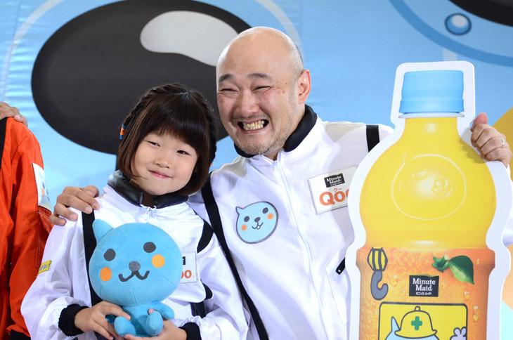 「Qooプラネタリウム」体験イベントに参加したくまだまさし(右)と娘の清菜ちゃん。