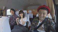 「学校のアイドルハンター」のロケの様子。左からパラシュート部隊・矢野、指原莉乃、パラシュート部隊・斉藤。(c)テレビ西日本