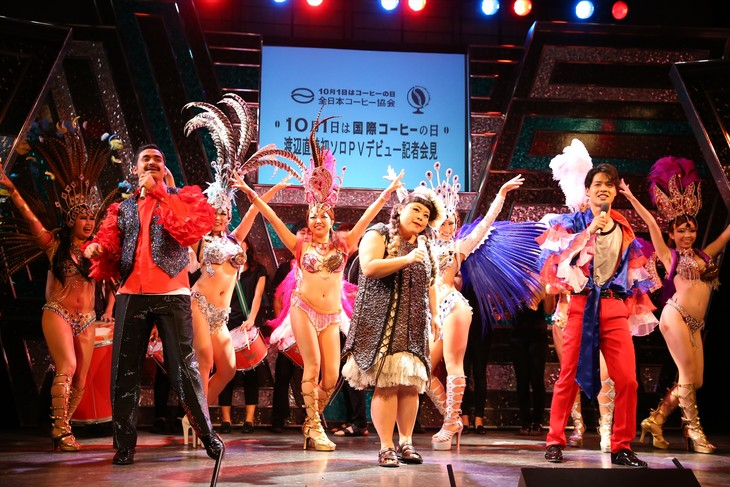 「国際コーヒーの日」制定記念PRイベントに出演した渡辺直美(中央)、デニス(手前両端)。