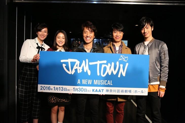 左から東風万智子、松浦雅、筧利夫、藤井隆、水田航生。