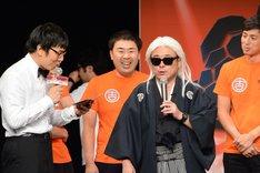 「笑い+音楽大喜利『DYNAMITE STATION』」にて、タモリに扮して司会を行うバッファロー吾郎A。