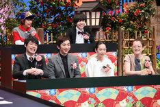 後列左から、DJみそしるとMCごはん、吉田靖直(トリプルファイヤー)。前列左から、麒麟・川島、羽田圭介、西加奈子、能町みね子。(c)テレビ東京