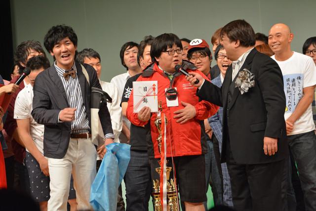トロフィーと副賞を受け取ったタイムマシーン3号(手前左から2人)。