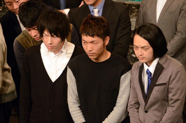 「キツネ目コンビ」のLLR福田(左)とピスタチオ小澤(右)、その間に入るアキナ秋山(中央)。