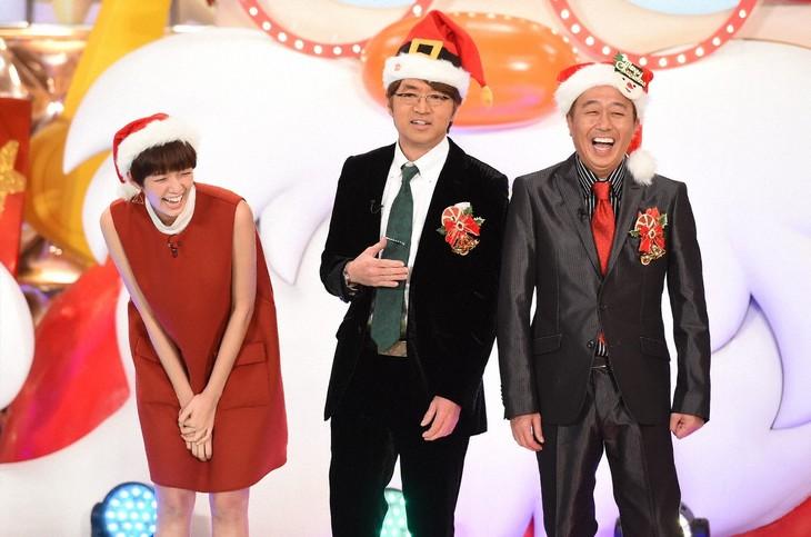 「聖夜のネタ祭!お笑いクリスマスショー!!」MCのさまぁ~ずと佐藤栞里(左)。(c)TBS