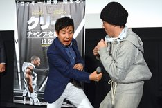 関根勤演じる輪島功一とスタスタローン扮するロッキーのボクシング対決の様子。