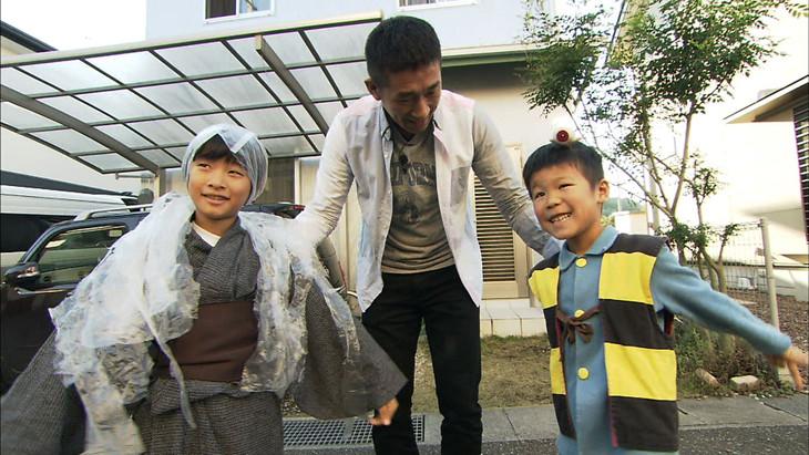 「探偵!ナイトスクープ」水木しげる大好き少年(右)と麒麟・田村(中央)。(c)ABC