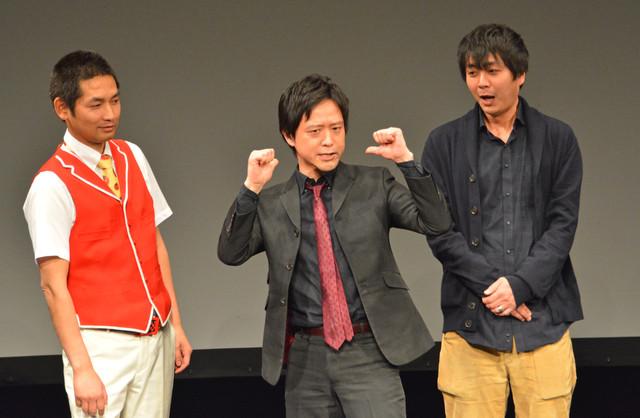 名言「アイム漫才」を披露するエルシャラカーニ清和(中央)。