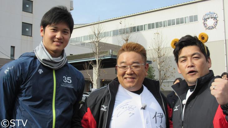 左から大谷翔平選手、サンドウィッチマン伊達、富澤。