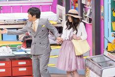 バカリズムと平野綾(左から)。(c)「ウレロ☆無限大少女」製作委員会