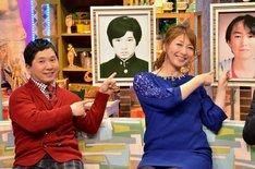自身の学生時代の写真を指す(左から)爆笑問題・田中、小椋久美子。
