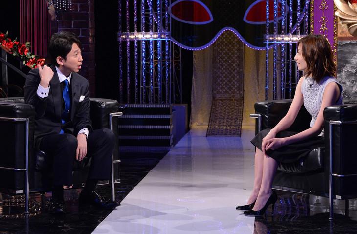 「有吉反省会」反省人の河村唯(右)とMCの有吉弘行(左)。(c)日本テレビ