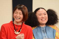 自身が挑戦したコントを振り返り笑う岡本玲(左)とニッチェ江上(右)。