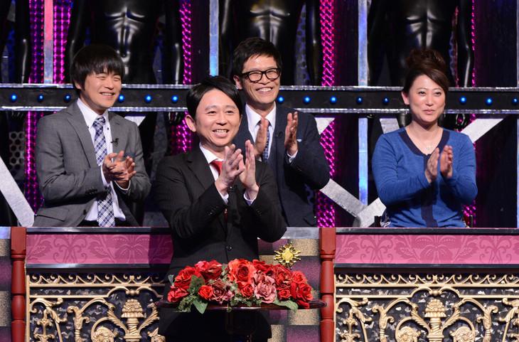 「有吉反省会」MCの有吉弘行(手前)と反省見届け人のバカリズム、名越康文、友近(後列左から)。(c)日本テレビ
