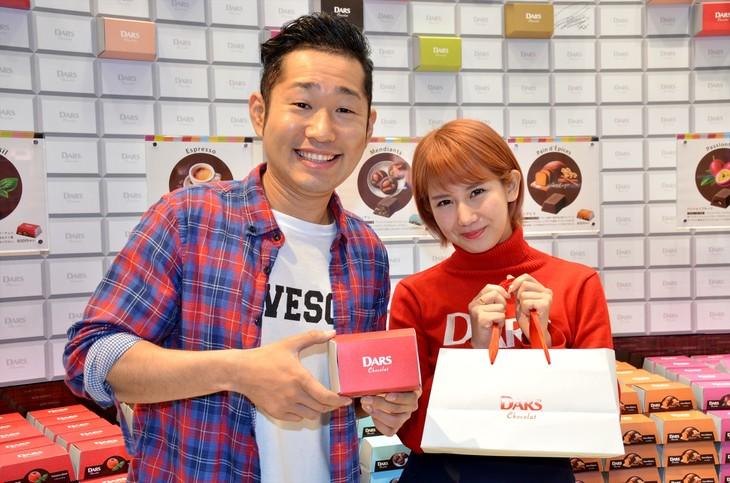 森永製菓の「『DARS Chocolat』Boutique」で、ユニット「おかっぴぃ」として臨時店長を務めた、(左から)上々軍団さわやか五郎、℃-uteの岡井千聖。