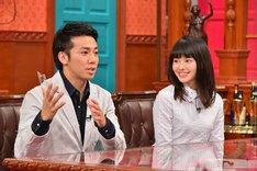左からピース綾部、山本舞香。(c)日本テレビ