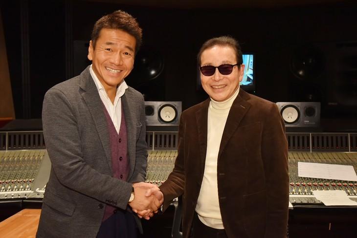 ドラマ「天才バカボン」の主題歌を歌うタモリ(右)と、このドラマでバカボンのパパを演じるくりぃむしちゅー上田(左)。(c)日本テレビ