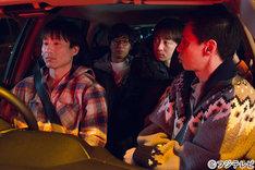 バカリズム脚本のオムニバスドラマ「桜坂近辺物語」に出演する、なだぎ武(左)ら。