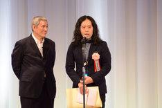 話題賞を受賞したピース又吉(右)。