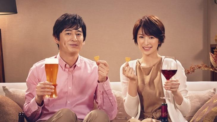「生チーズのCheeza(チーザ)」の新テレビCM「チーザなひととき」編に出演する(左から)博多大吉・大吉、吉瀬美智子。