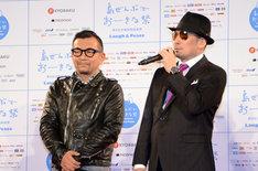 会見に出席した中野英雄(左)、クレイジーケンバンドの横山剣(右)。