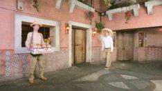 デニスが出演する「ドンタコス」Webコマーシャルのワンシーン。