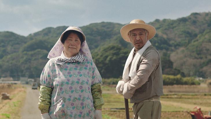 タウンワークの新CM「ビデオレター編」に出演する(左から)あき竹城、松本人志。
