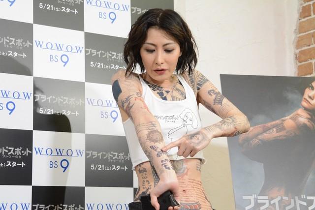 お気に入りのタトゥーを見せる鳥居みゆき。