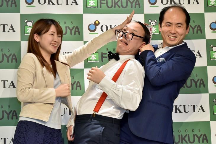 ファンの「ハゲドンッ!」を食らうトレンディエンジェルたかし(中央)と、トレンディエンジェル斎藤(右)。