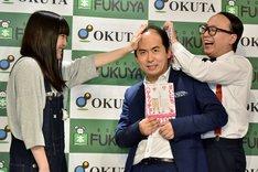 ファンの「ハゲドンッ!」を食らうトレンディエンジェル斎藤(中央)と、トレンディエンジェルたかし(右)。