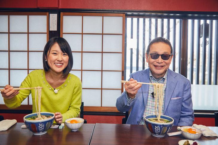4月16日放送の「サラメシ」に登場する(左から)近江友里恵アナウンサー、タモリ。(c)NHK