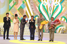 授賞式には西川きよしがお祝いに駆けつけた。(c)関西テレビ