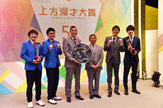 奨励賞の銀シャリ、大賞のオール阪神・巨人、新人賞のコマンダンテ(左から)。
