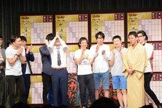 勝利した桂三若(右)と敗戦したイワイガワ(左)。