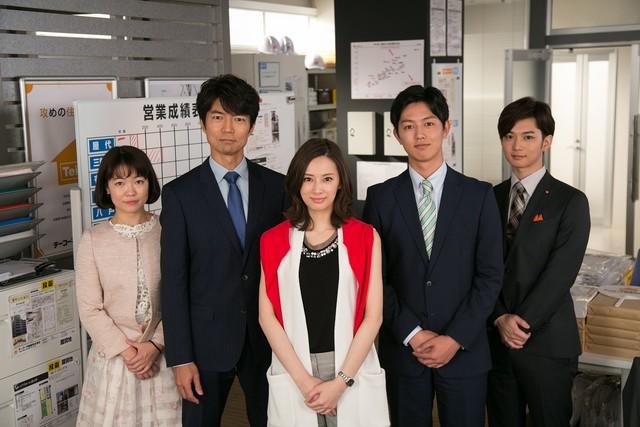 「家売るオンナ」に出演する(左から)イモトアヤコ、仲村トオル、北川景子、工藤阿須加、千葉雄大。(c)日本テレビ