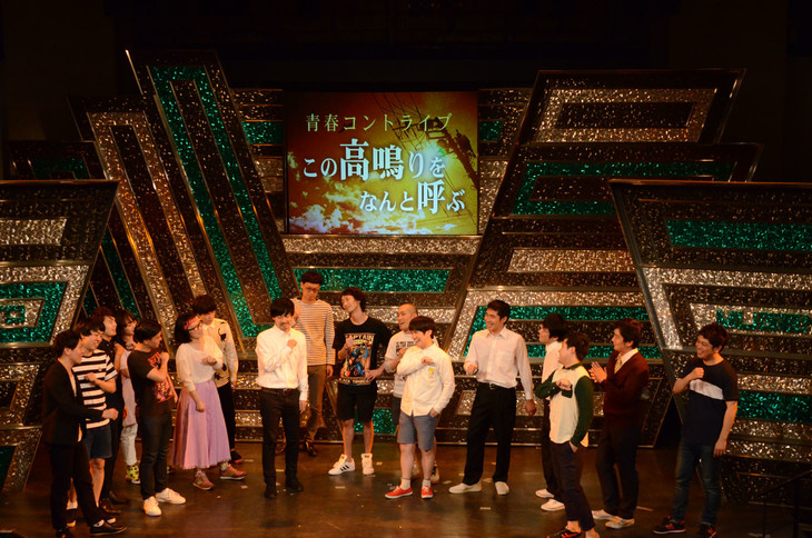 中島みゆき「ファイト!」を合唱する出演者たち。
