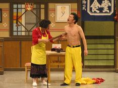すっちー座長セレクト公演「すち子の親子丼ドーン!」のワンシーン。