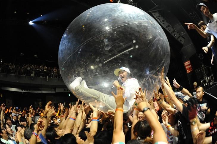 クリアボールに入り観客にダイブするDJやついいちろう。(写真提供:Yuji Honda)