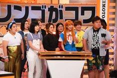 ハイヒール・リンゴにクレームを入れる、ミサイルマン西代(前列右端)と女芸人たち。(c)関西テレビ