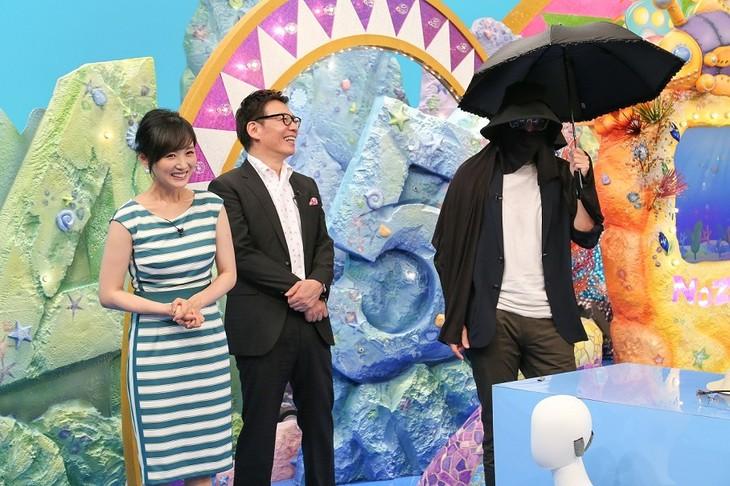 「ニッポンのぞき見太郎」で日焼け対策万全のコーディネートを施される、チュートリアル徳井(右)。(c)関西テレビ